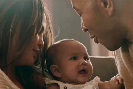 Bebita de John Legend protagoniza video «Love me now»