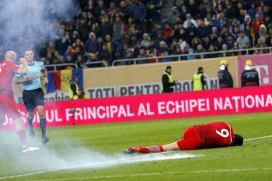 Lewandowski, impactado por petardo durante el encuentro entre Rumania y Polonia
