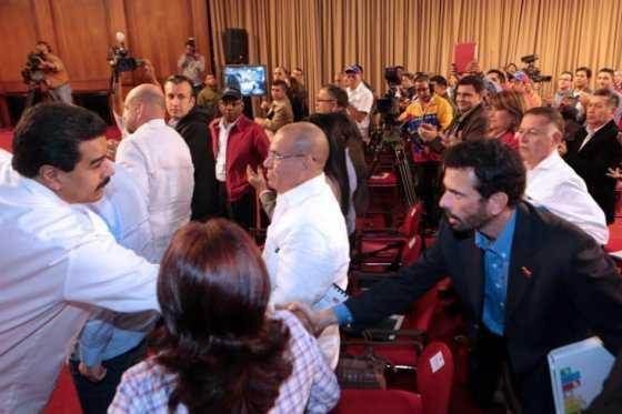 Gobierno venezolano y oposición acuerdan extender ronda de diálogos