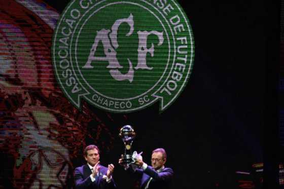 Chapecoense recibió el trofeo de campeón de la Copa Sudamericana