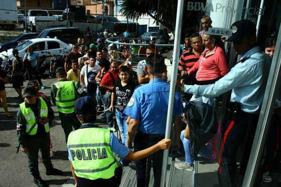 Venezolanos a la espera de la puesta en circulación de nuevos billetes