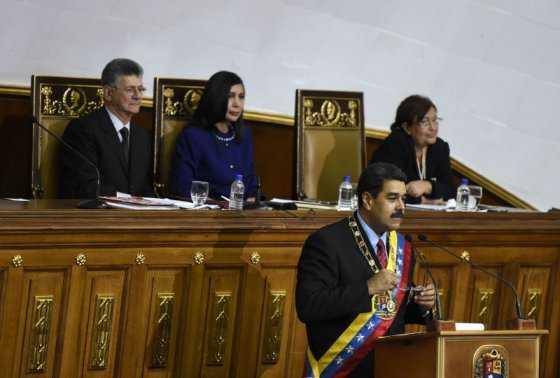 Oposición venezolana reanudará juicio parlamentario a Maduro el martes