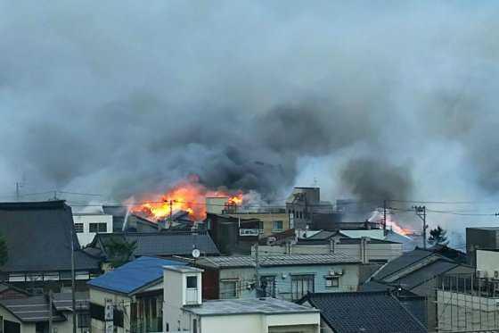 Incendio arrasa más de 140 viviendas en Itoigawa, Japón
