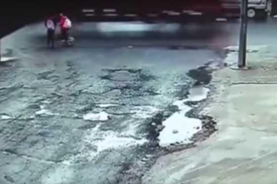 Dos niñas sobreviven milagrosamente luego de ser atropelladas por un camión