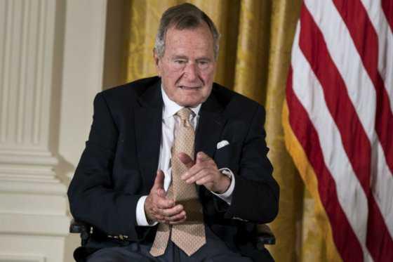 Dan de alta al expresidente Bush padre, hospitalizado por una neumonía