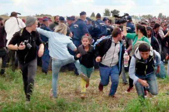 Condenan a periodista húngara que pateó a refugiados