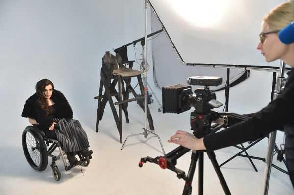 Modelo en silla de ruedas rompe moldes en Ucrania