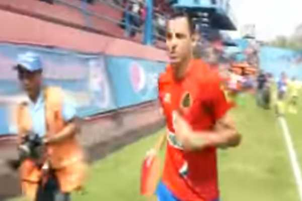 En pleno partido, futbolista se entera de la muerte de su madre