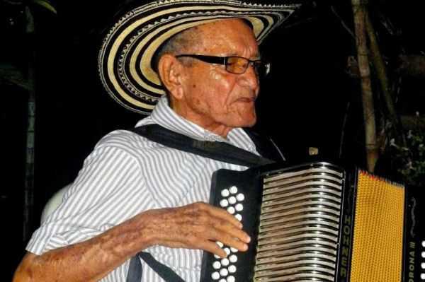 """""""Chema"""" Martínez, uno de los últimos juglares del acordeón, se encuentra delicado de salud"""