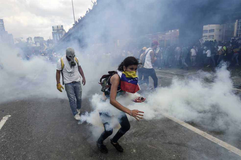 Joven muere al cierre de violenta jornada de protestas en Venezuela