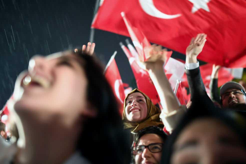 Erdogan celebra victoria en referéndum mientras oposición pide su anulación