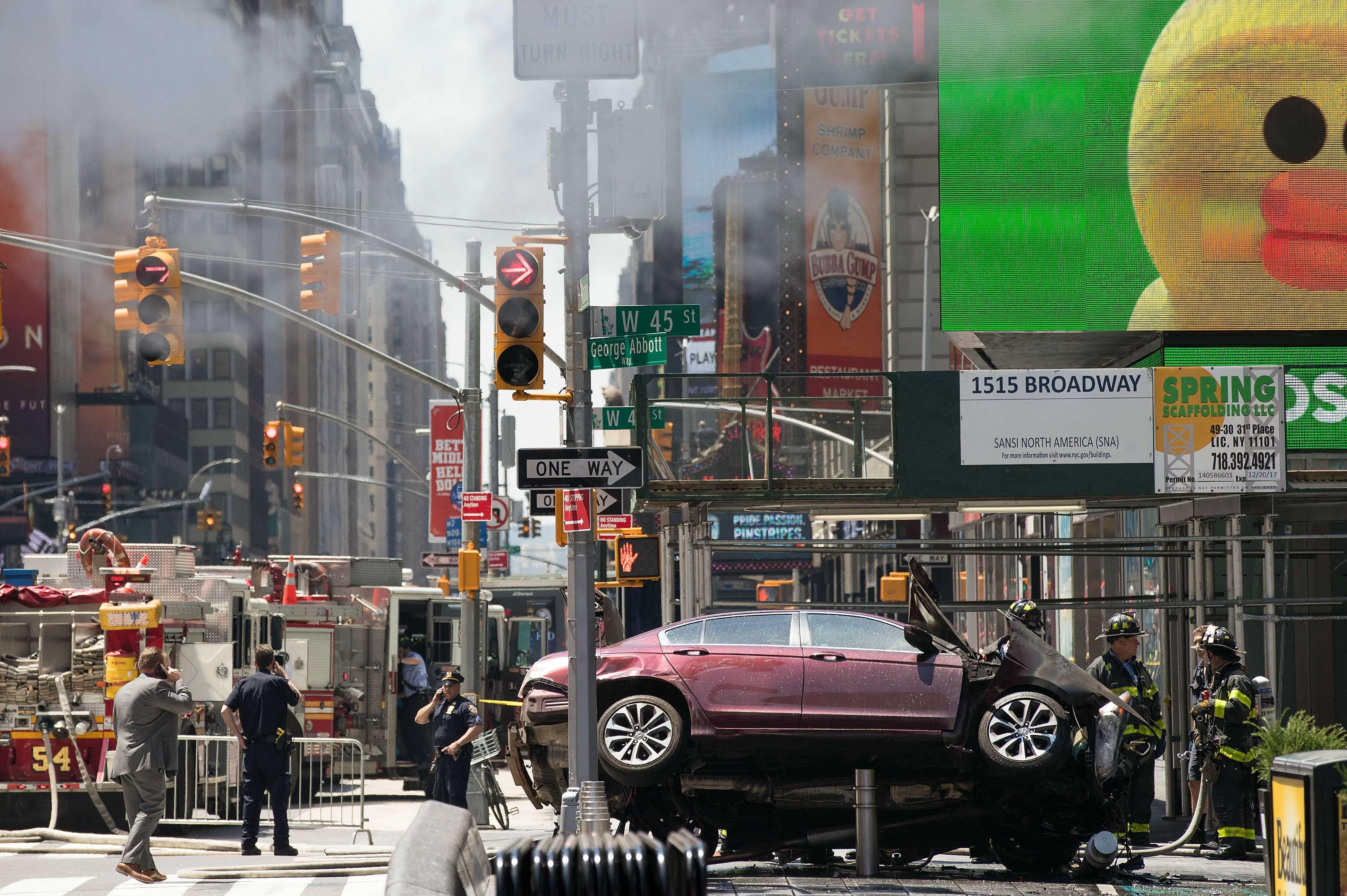Un carro atropella a multitud en Times Square