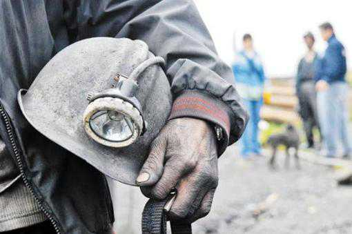 Al menos 70 mineros permanecen atrapados en mina en Irán