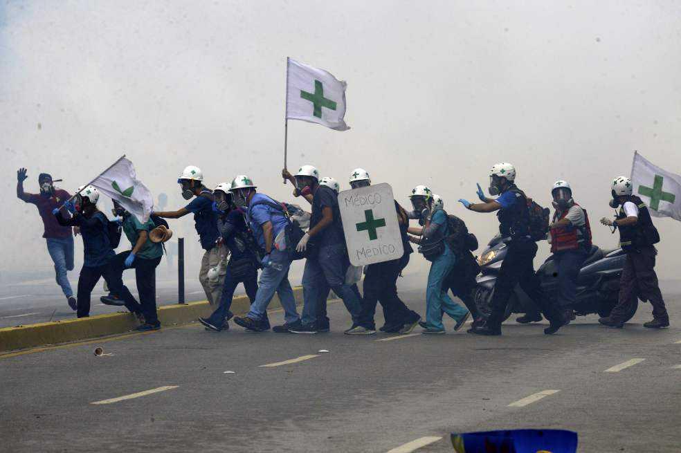 Médicos: los héroes anónimos de las marchas en Venezuela