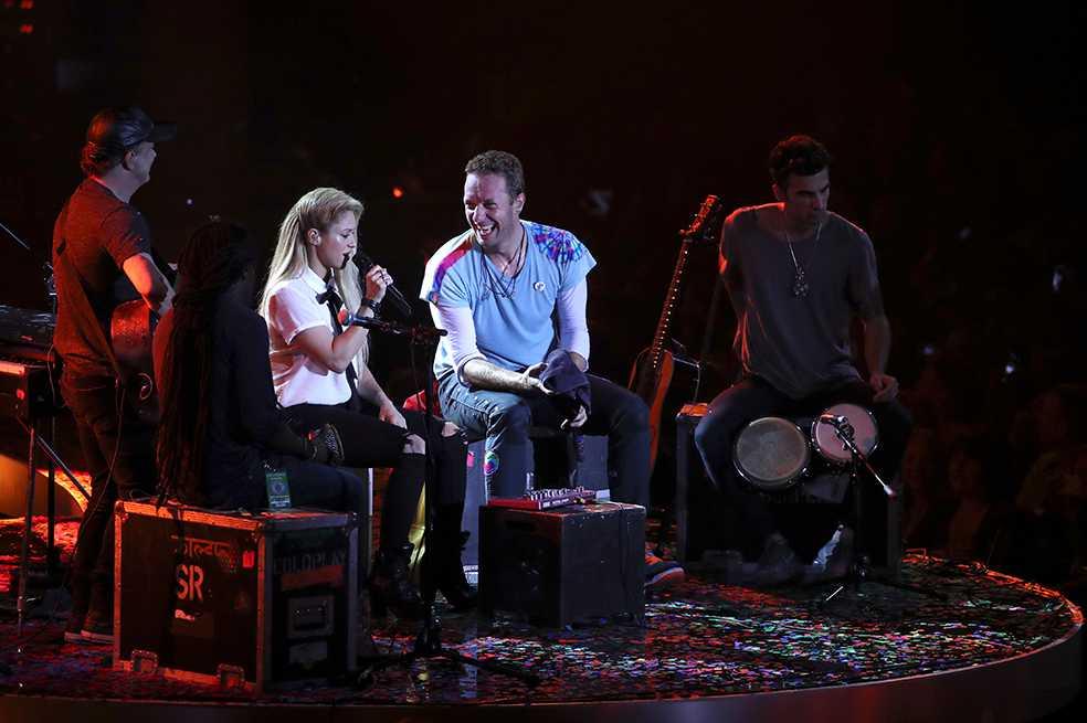 Chris Martin canta en español junto a Shakira