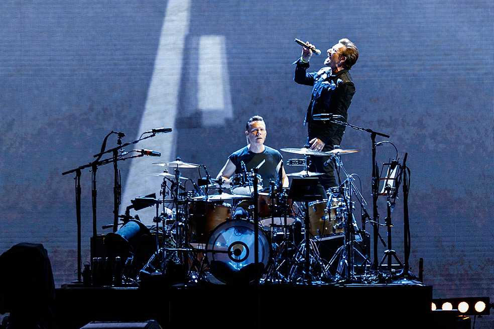 U2 estrena «Blackout», su nueva canción