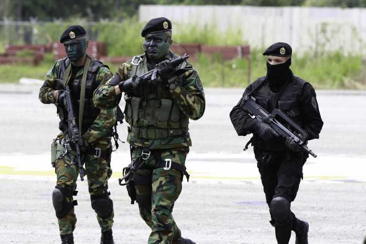 Maduro enseña su poder militar