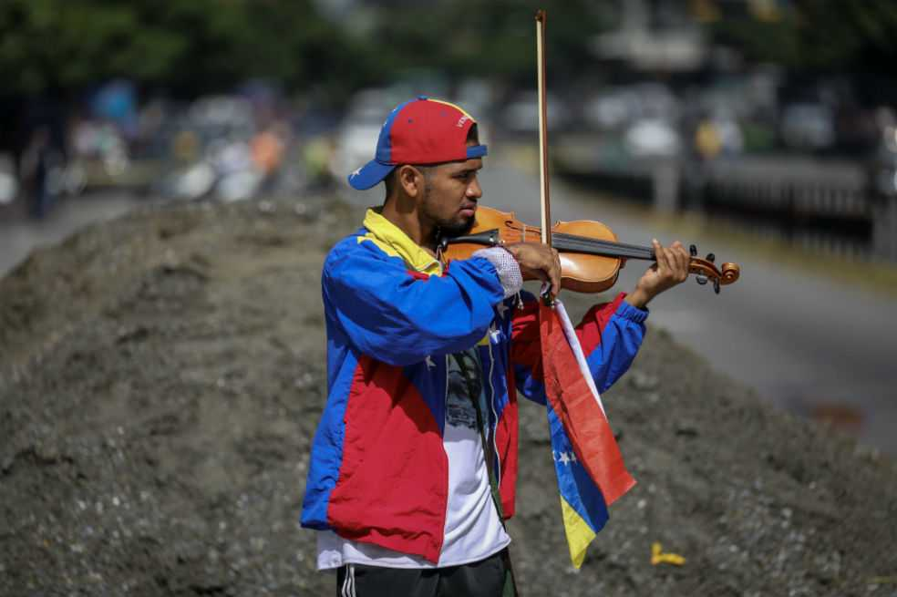 Violinista de manifestaciones contra Maduro tiene prohibido protestar