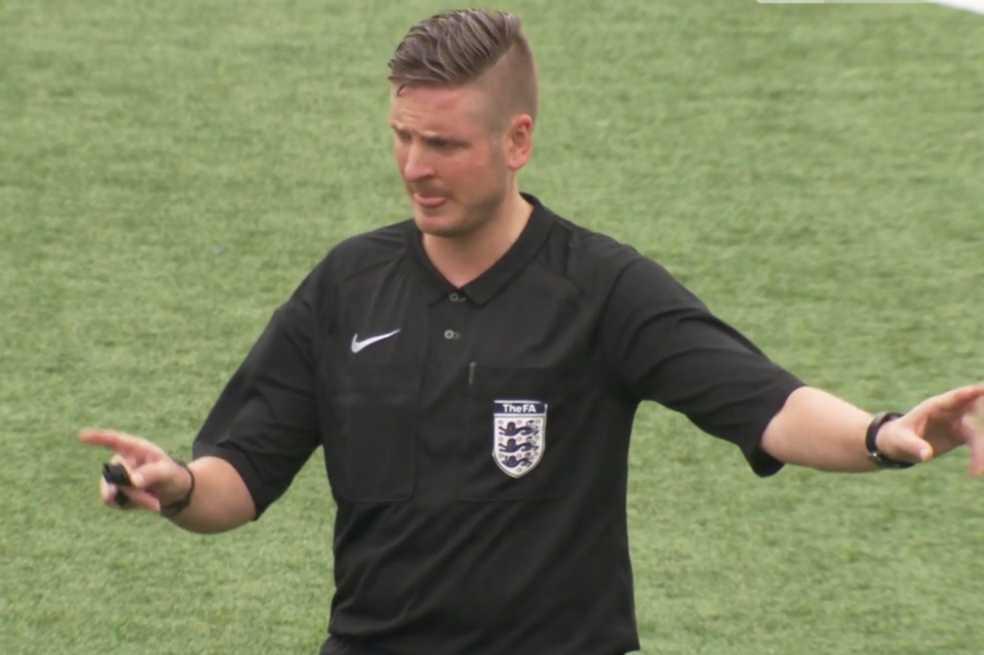 Árbitro inglés se declara abiertamente gay para luchar contra la homofobia en el fútbol