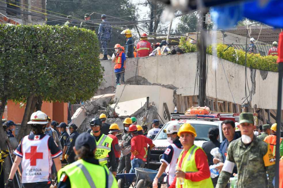 La angustiante búsqueda de niños bajo los escombros de una escuela en México