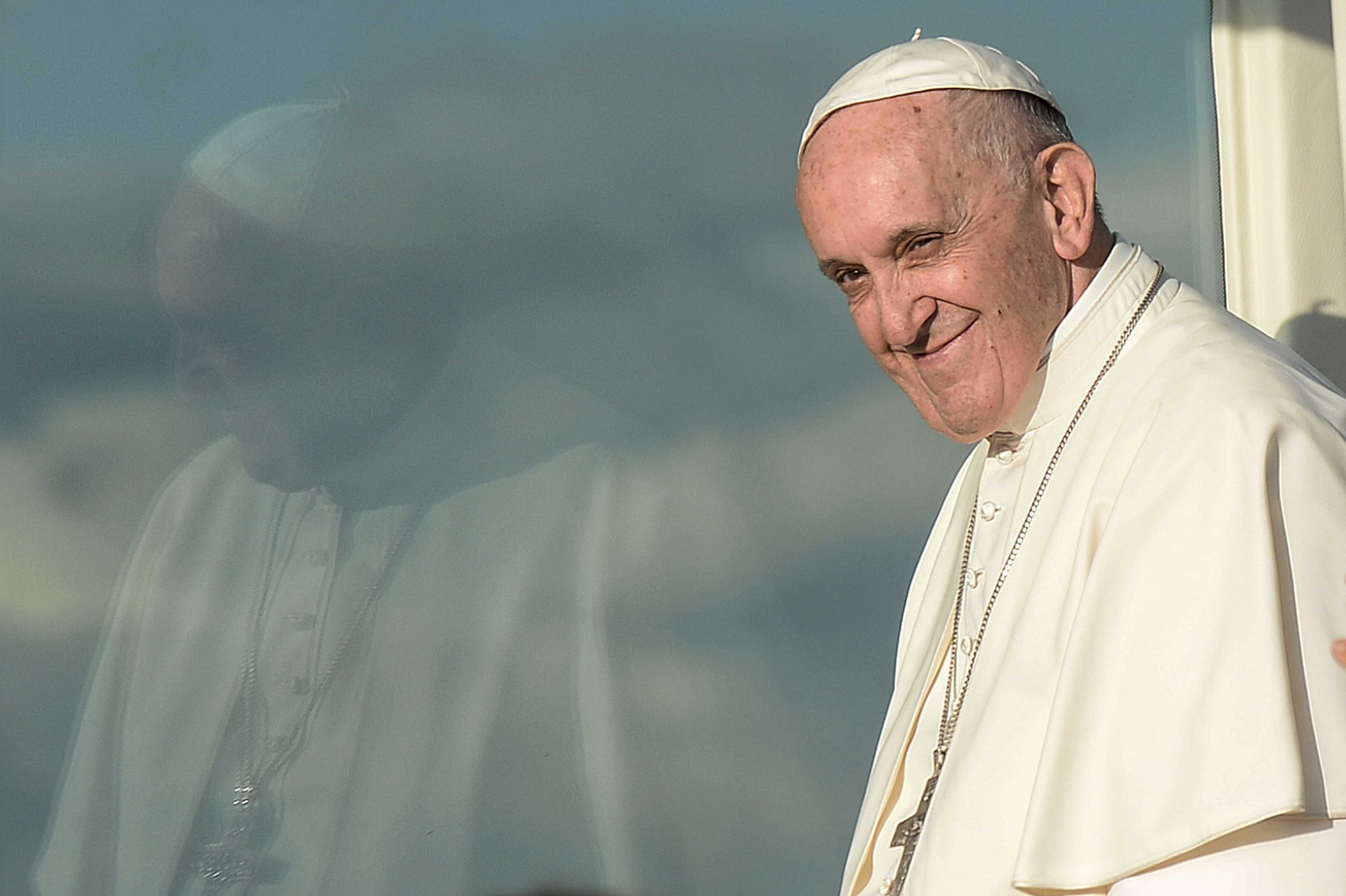Papa convoca a jóvenes creyentes y no creyentes para preparar Sínodo