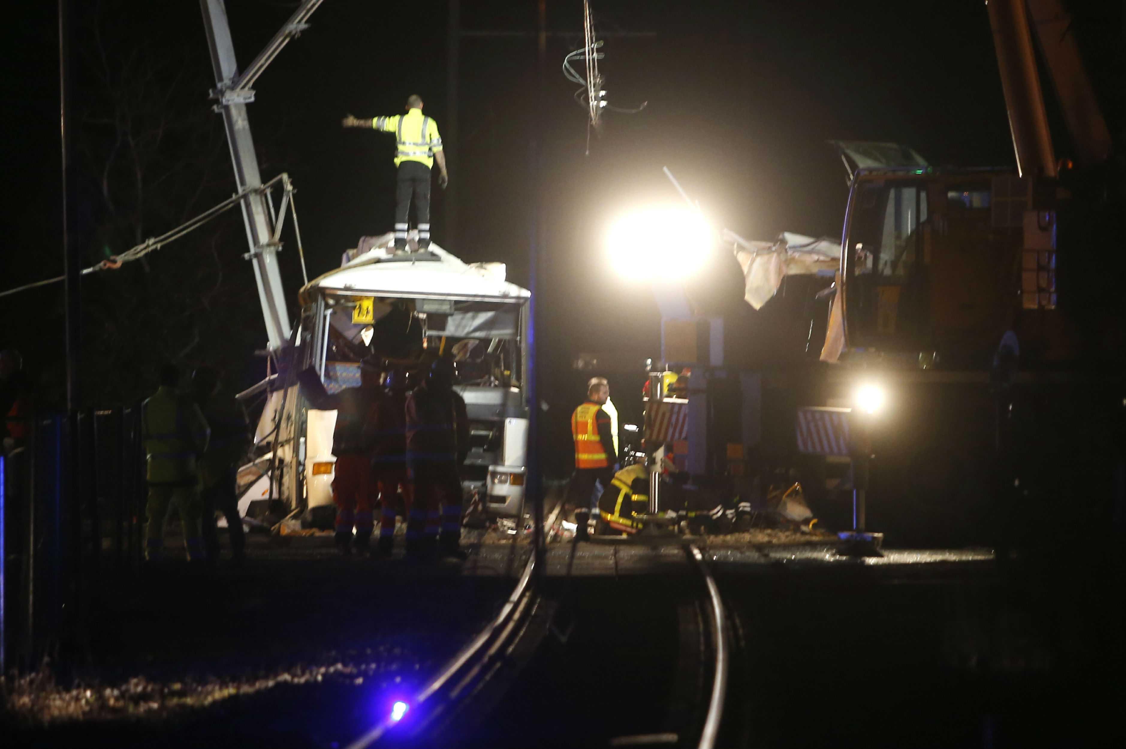 Cuatro muertos en colisión entre tren y autobús escolar en Francia