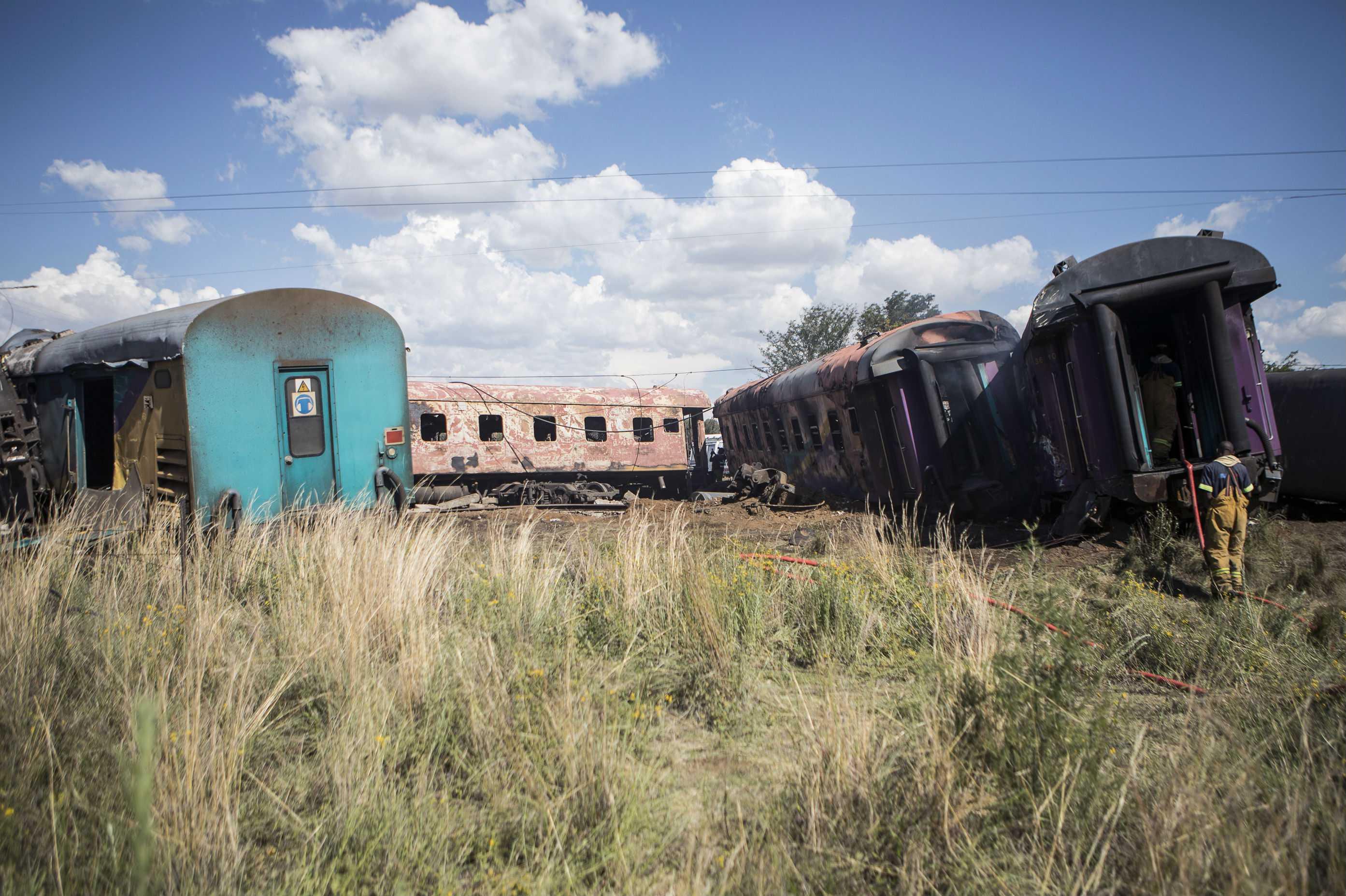 Dieciocho muertos y 254 heridos en el choque de un tren con un camión en Sudáfrica