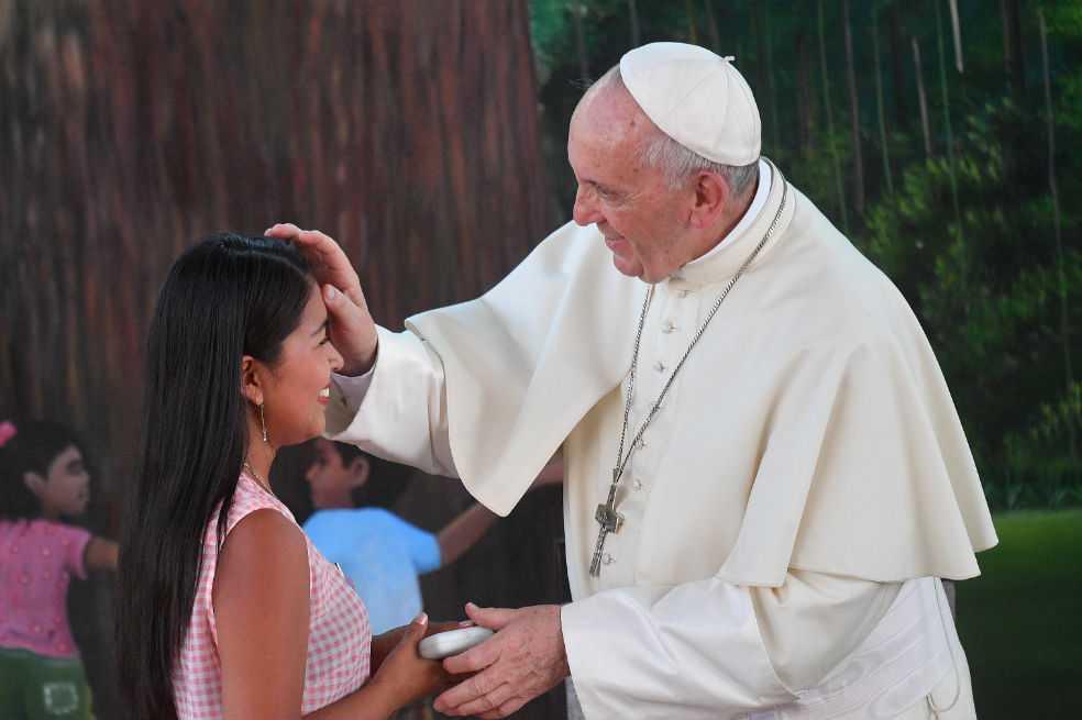 Papa denuncia en Perú cultura machista que pisotea dignidad de la mujer