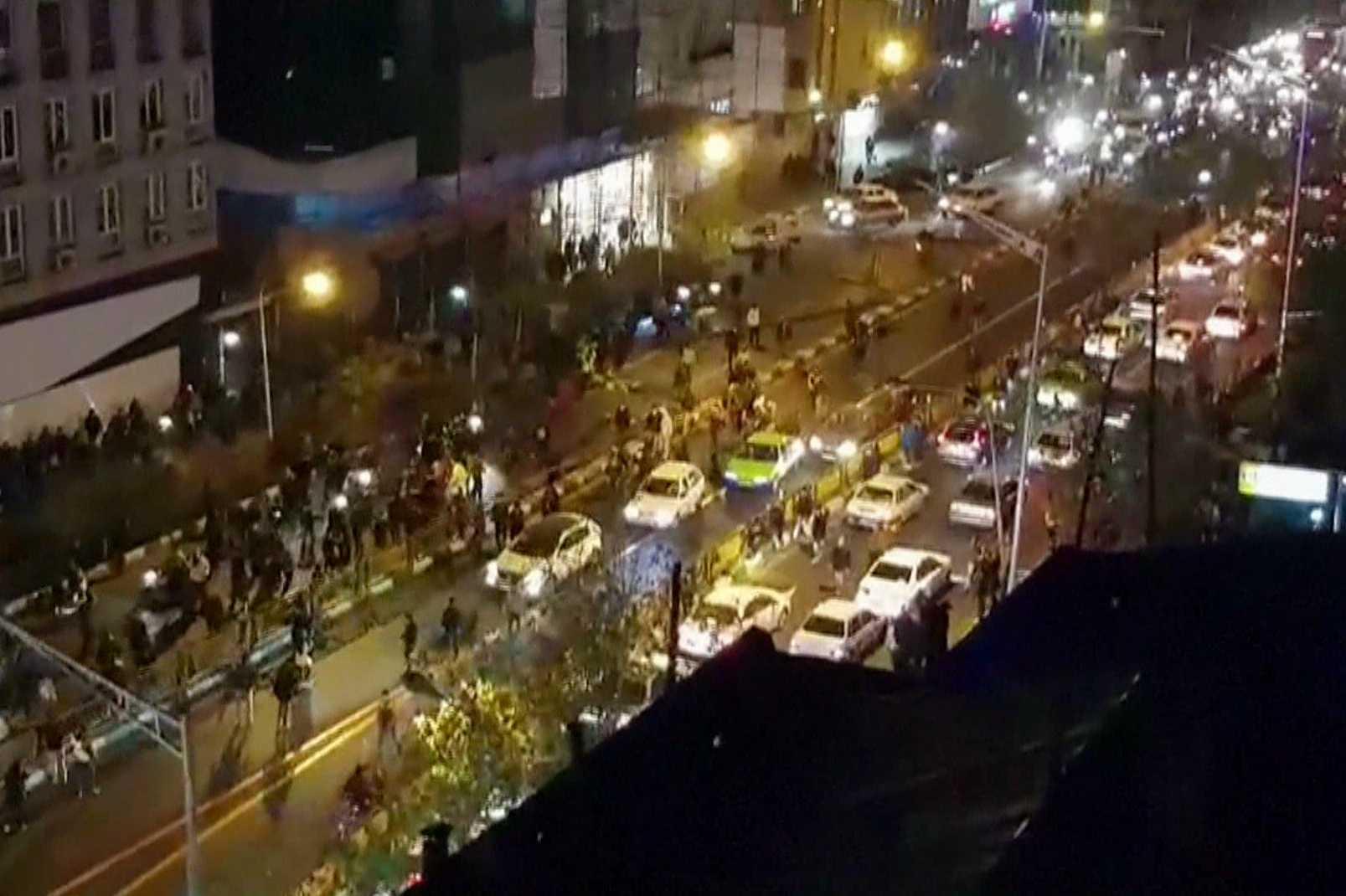 Nuevas protestas estallan en Irán, al menos un policía muerto