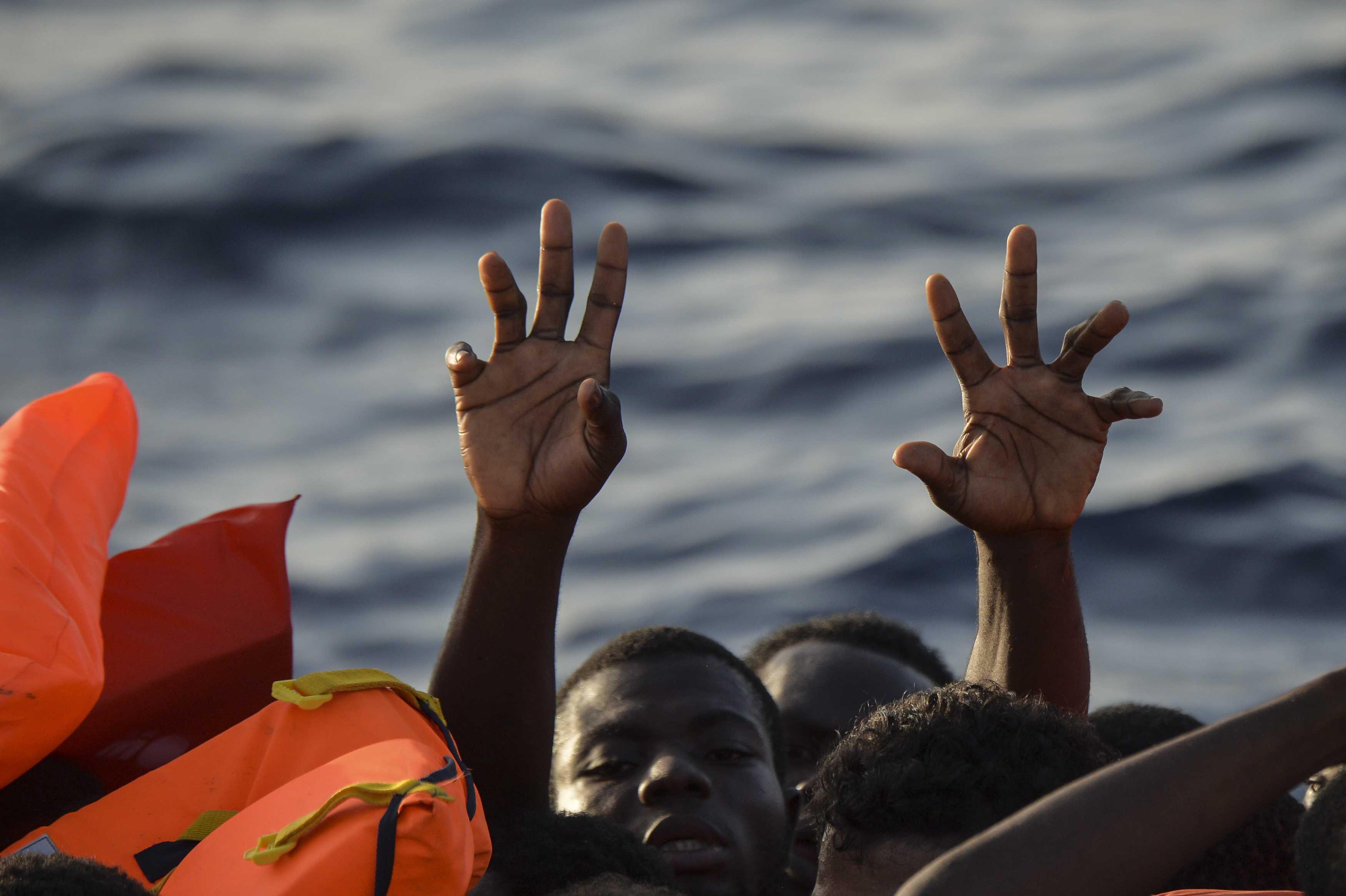 Rescatan a casi 300 migrantes en aguas libias, dos mujeres muertas