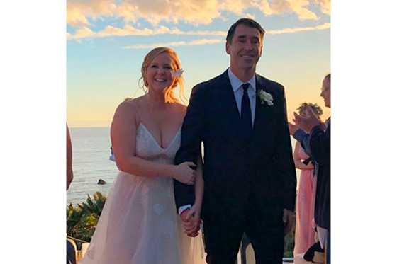 Humorista Amy Schumer comparte las fotos de su matrimonio con Chris Fischer