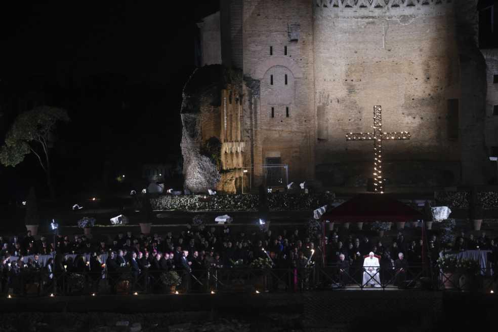 El papa expresa «vergüenza» por dejar a los jóvenes un «mundo fracturado»
