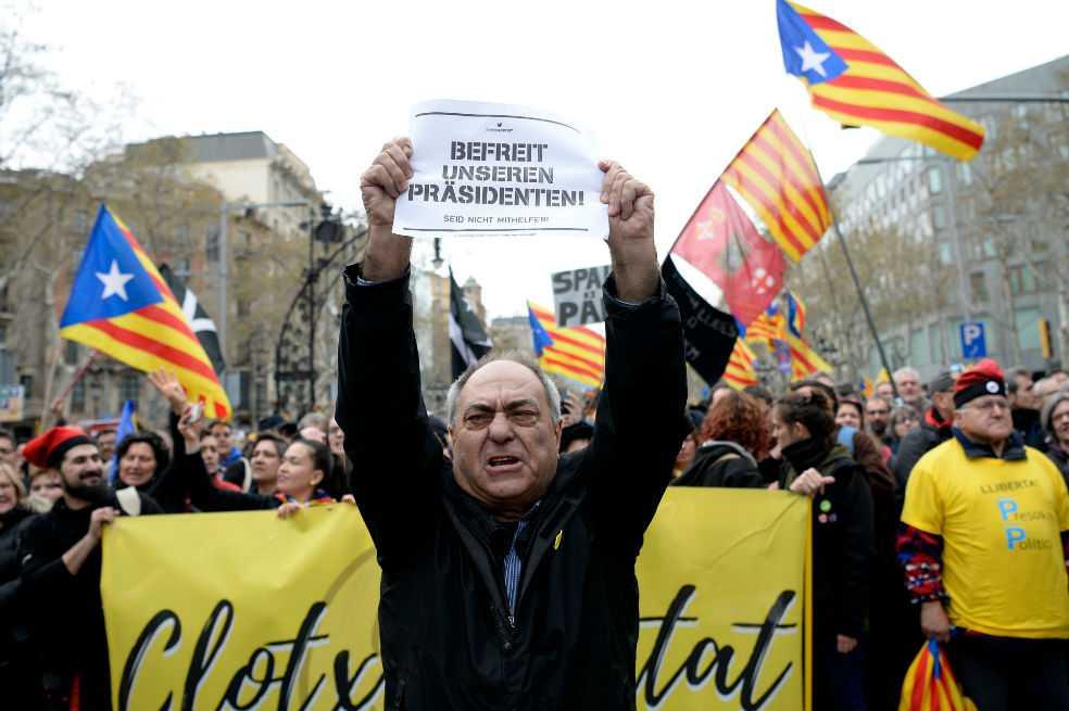 Miles de personas protestan en Barcelona tras detención de Puigdemont