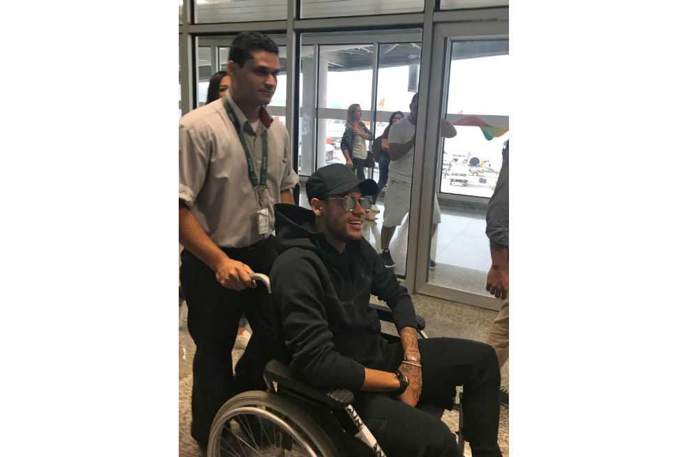 Médico de Brasil afirma que Neymar sufrió fractura y que podría estar tres meses fuera