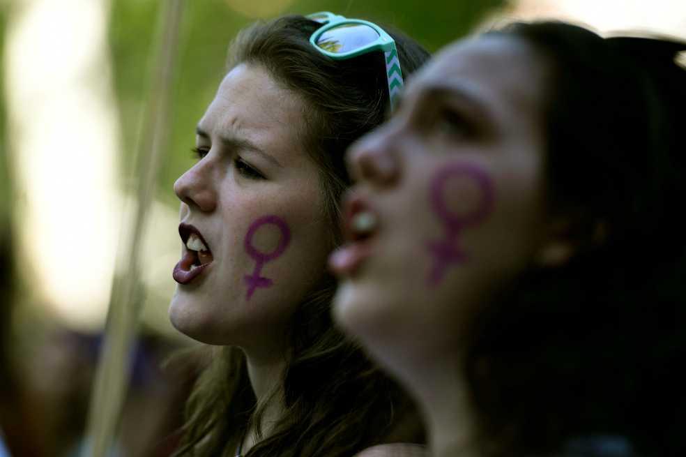Asamblea francesa aprobó multa para hombres que silben a mujeres en la calle