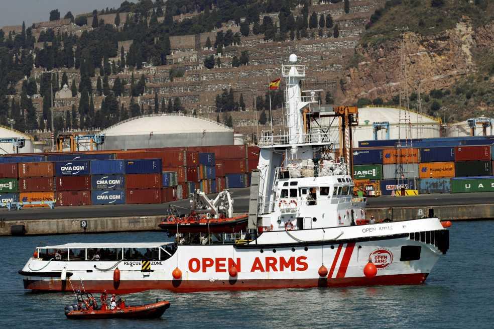 El barco Open Arms llega a Barcelona con 60 migrantes rescatados