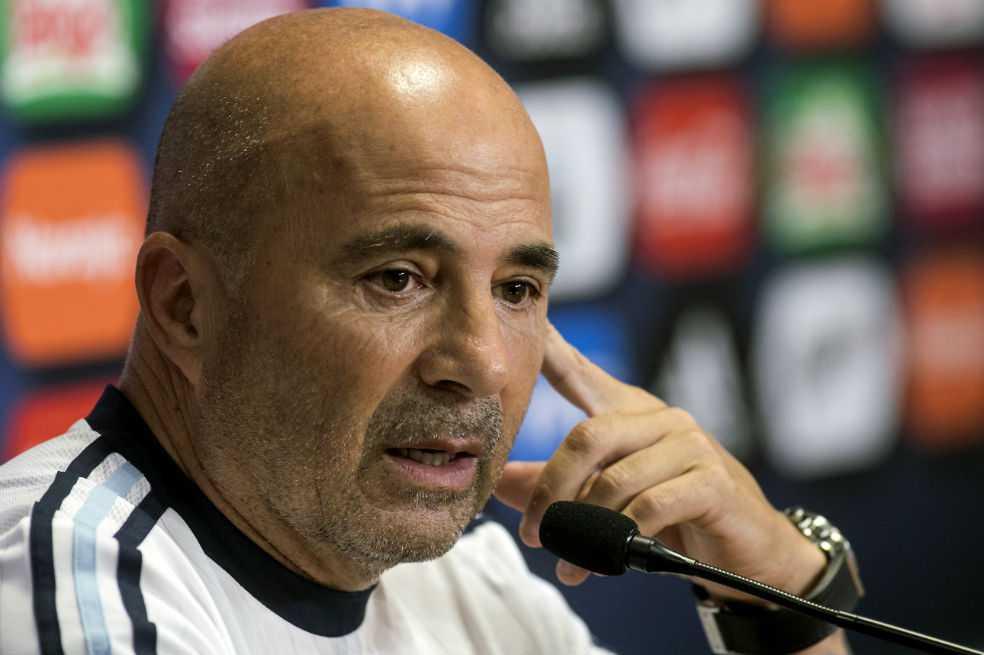 Jorge Sampaoli seguirá por ahora al frente de selección de Argentina