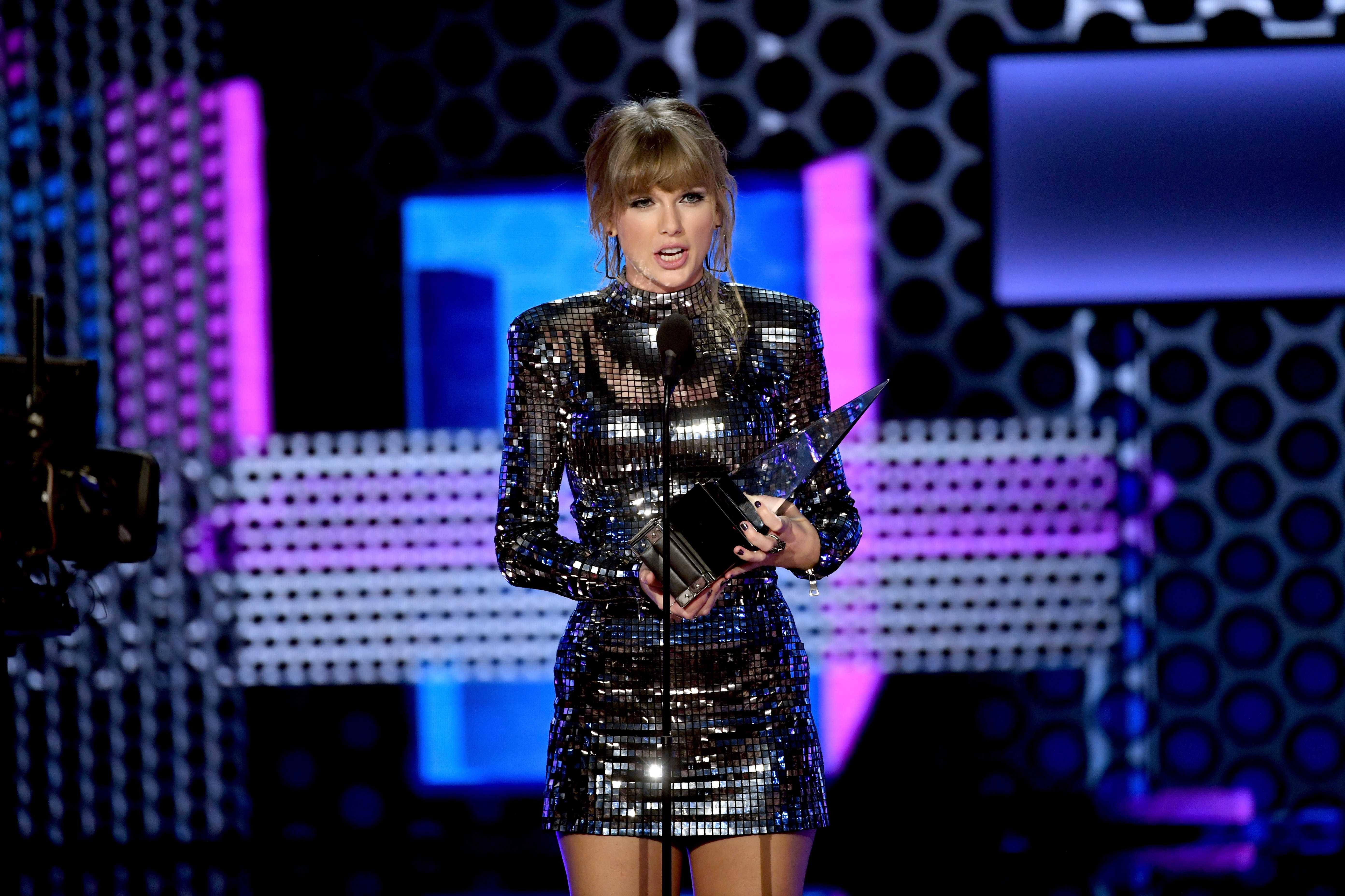 Taylor Swift recibe premio en los AMA's 2018 e invita a votar legislativas de EE.UU.