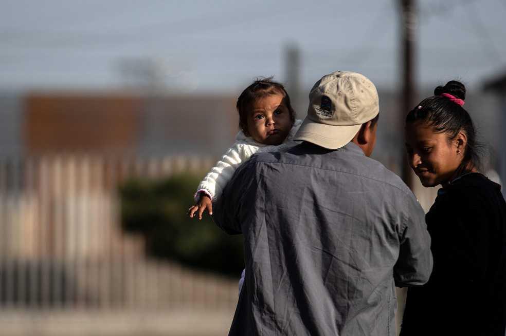 EE.UU. despliega kilómetros de alambre para prevenir ingreso de caravana migrante