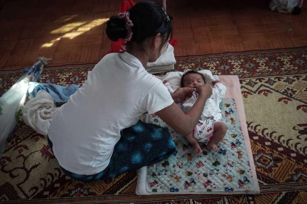La difícil decisión que deben tomar las madres solteras en Birmania
