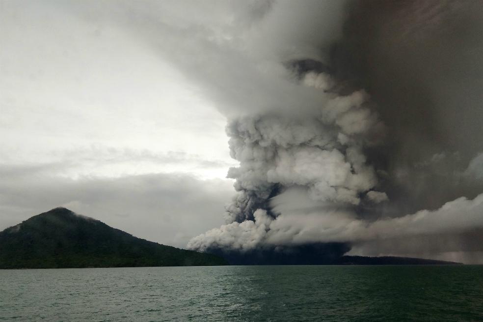 Indonesia eleva la alerta por actividad del volcán que provocó el tsunami