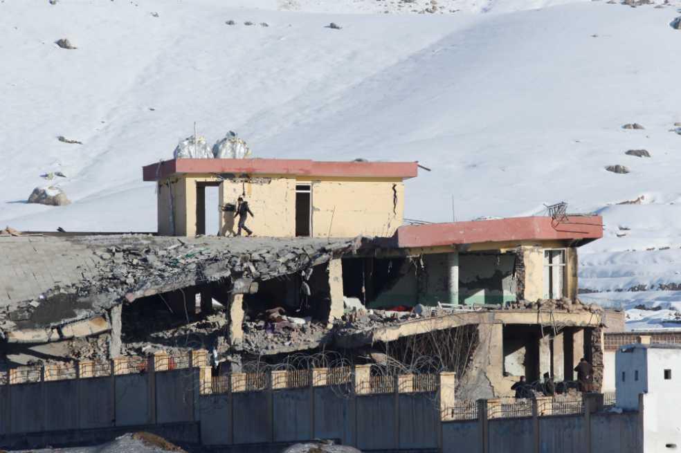 Ataque talibán en base militar de Afganistán deja más de 100 muertos