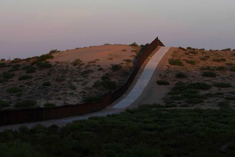 El profesor de EE.UU. que fue enviado a juicio por dejarle agua a migrantes en el desierto