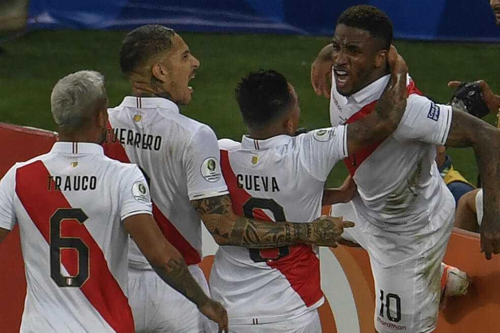 Perú venció a Bolivia y puso un pie en los cuartos de final