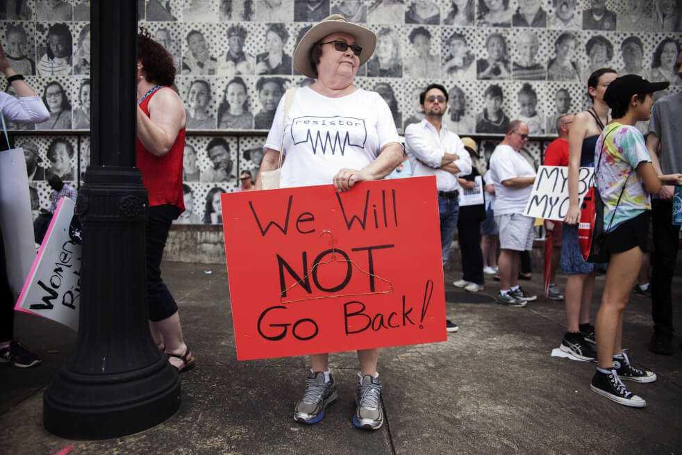 Mujer en EE. UU. que sufrió un aborto tras recibir disparos, acusada de homicidio