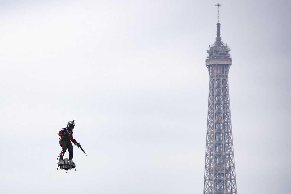 Las armas futuristas y la patineta voladora que exhibió el ejército francés