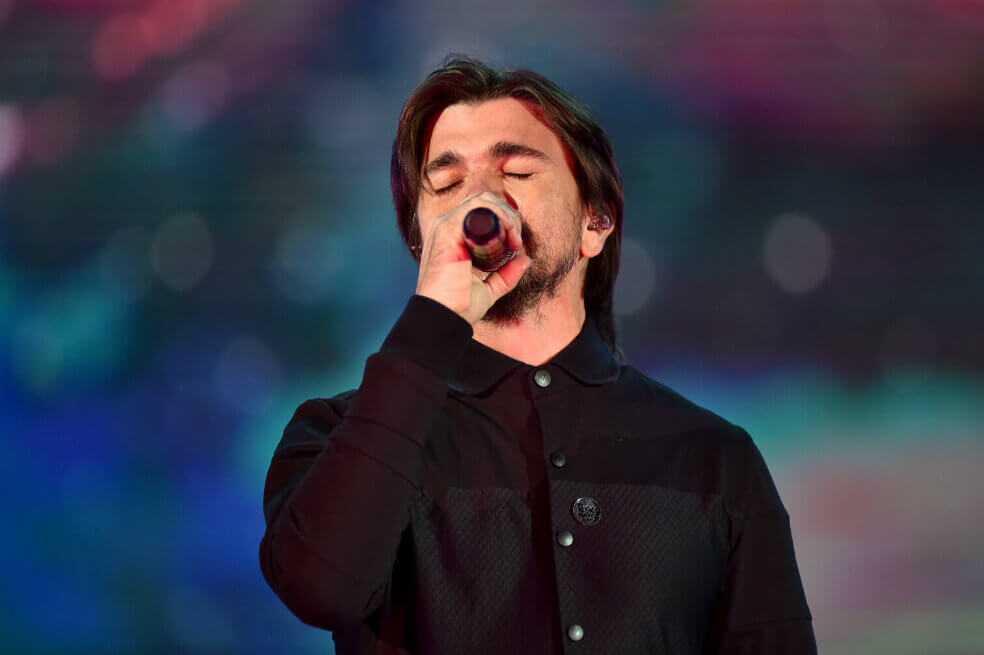 Juanes rinde homenaje a líderes asesinados en concierto en Múnich