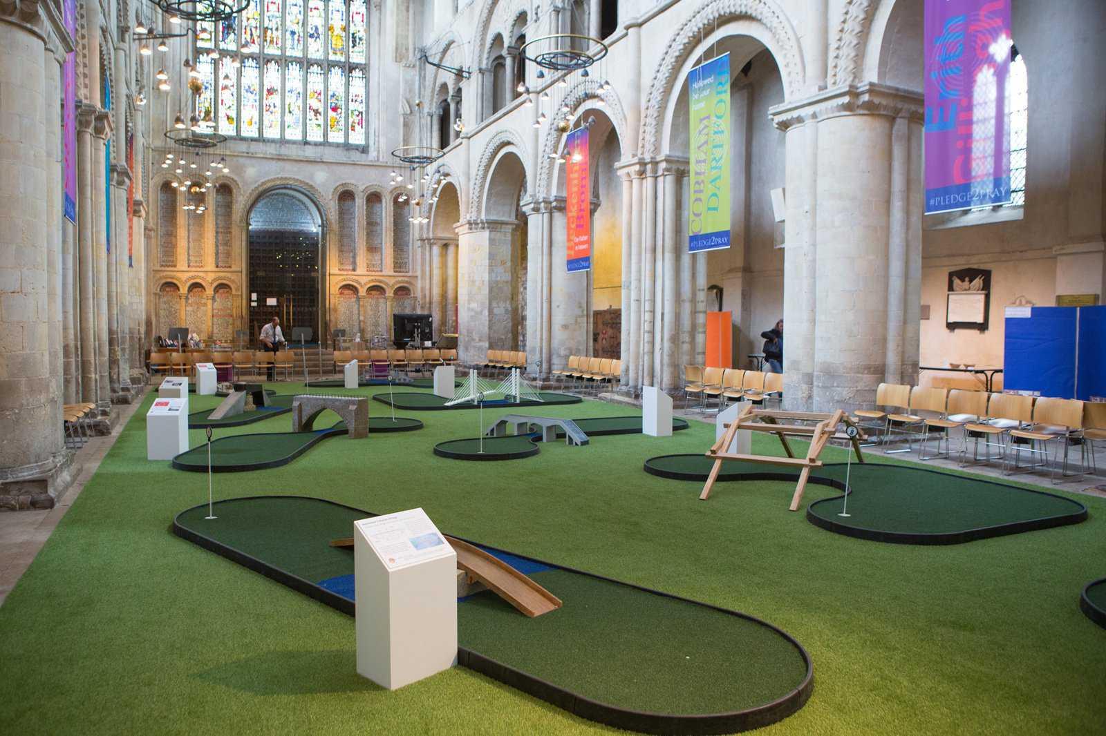 La iglesia que construyó un minigolf para atraer fieles y otras noticias curiosas de la semana