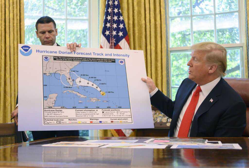 Trump modifica con marcador una alerta de huracán para no aceptar que se equivocó