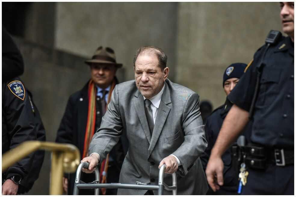 Juez amonestó a Harvey Weinstein por usar su teléfono en la corte